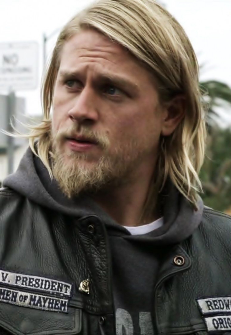 Charlie Hunnam I'm obsessed with his face. && mini beard ...
