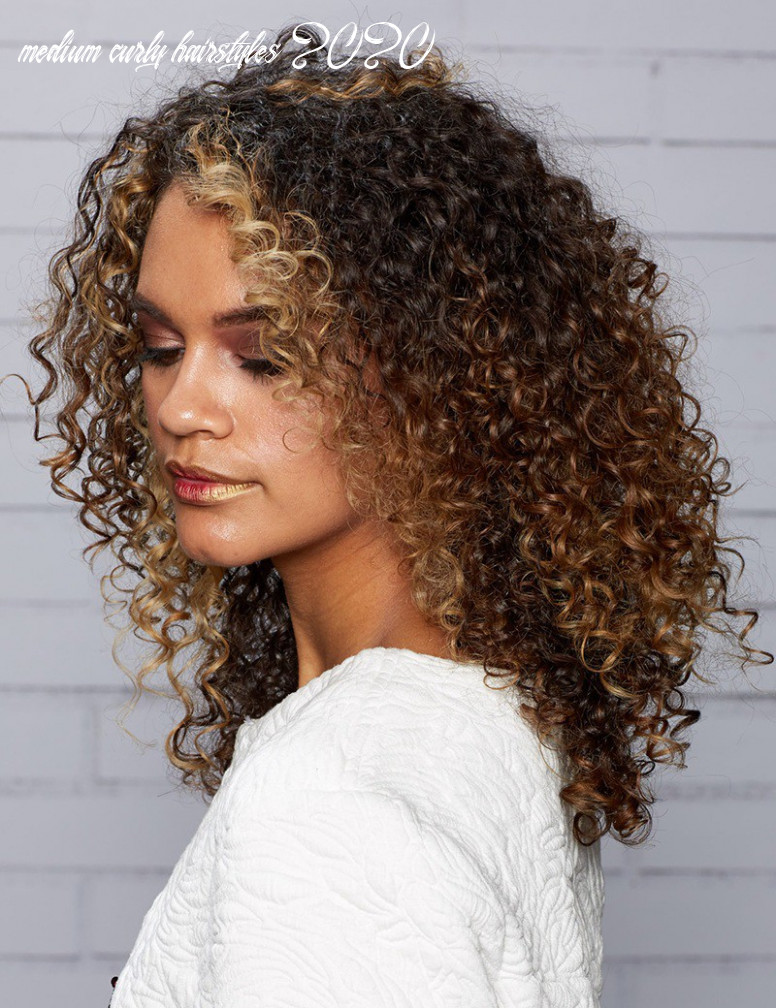 Curly medium hairstyles for women 10–10 haircuts medium medium curly hairstyles 2020