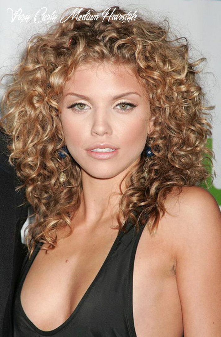 11 medium length curly hairstyles for womens feed inspiration very curly medium hairstyle