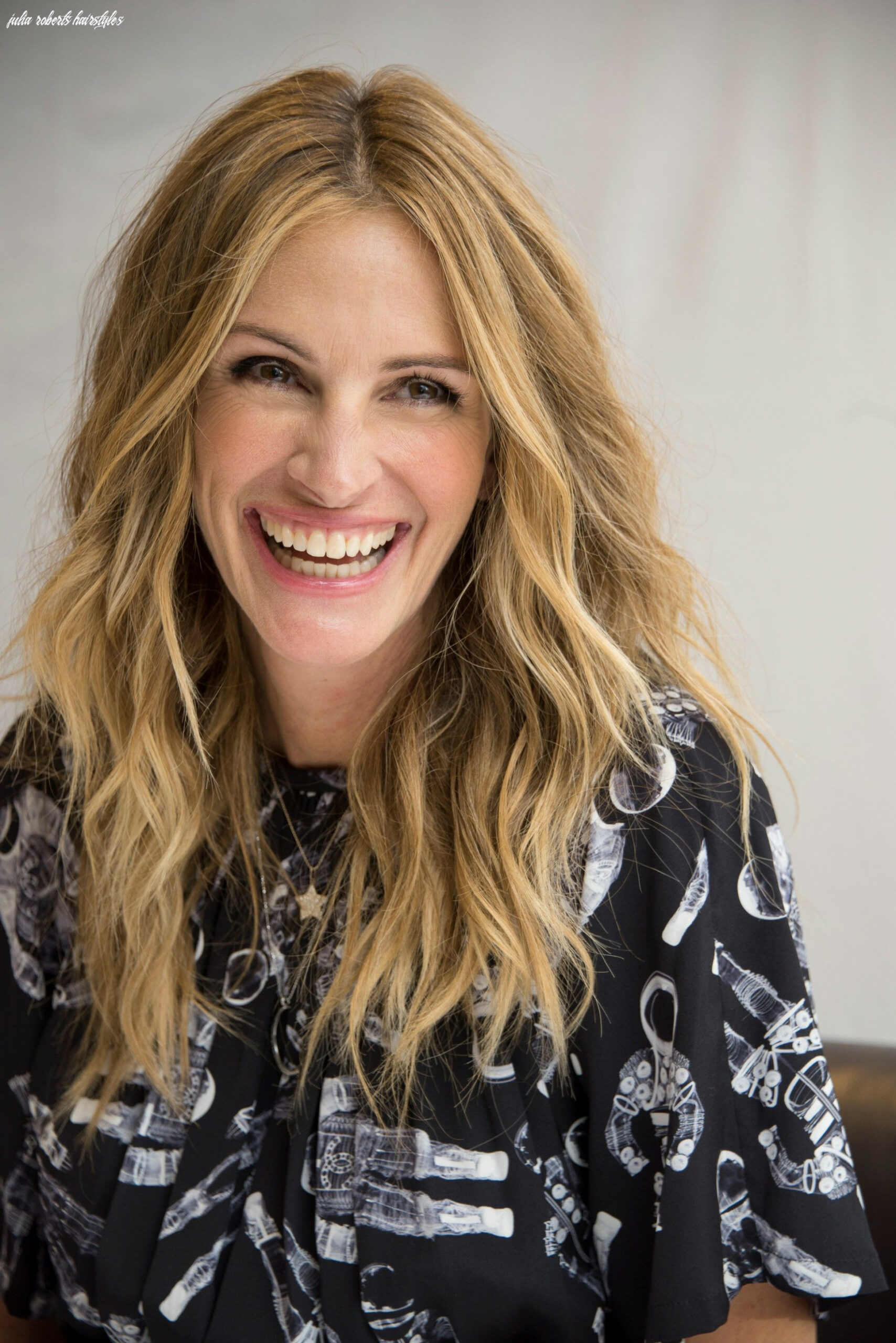 Julia roberts cut her hair into a tousled lob, her shortest cut in