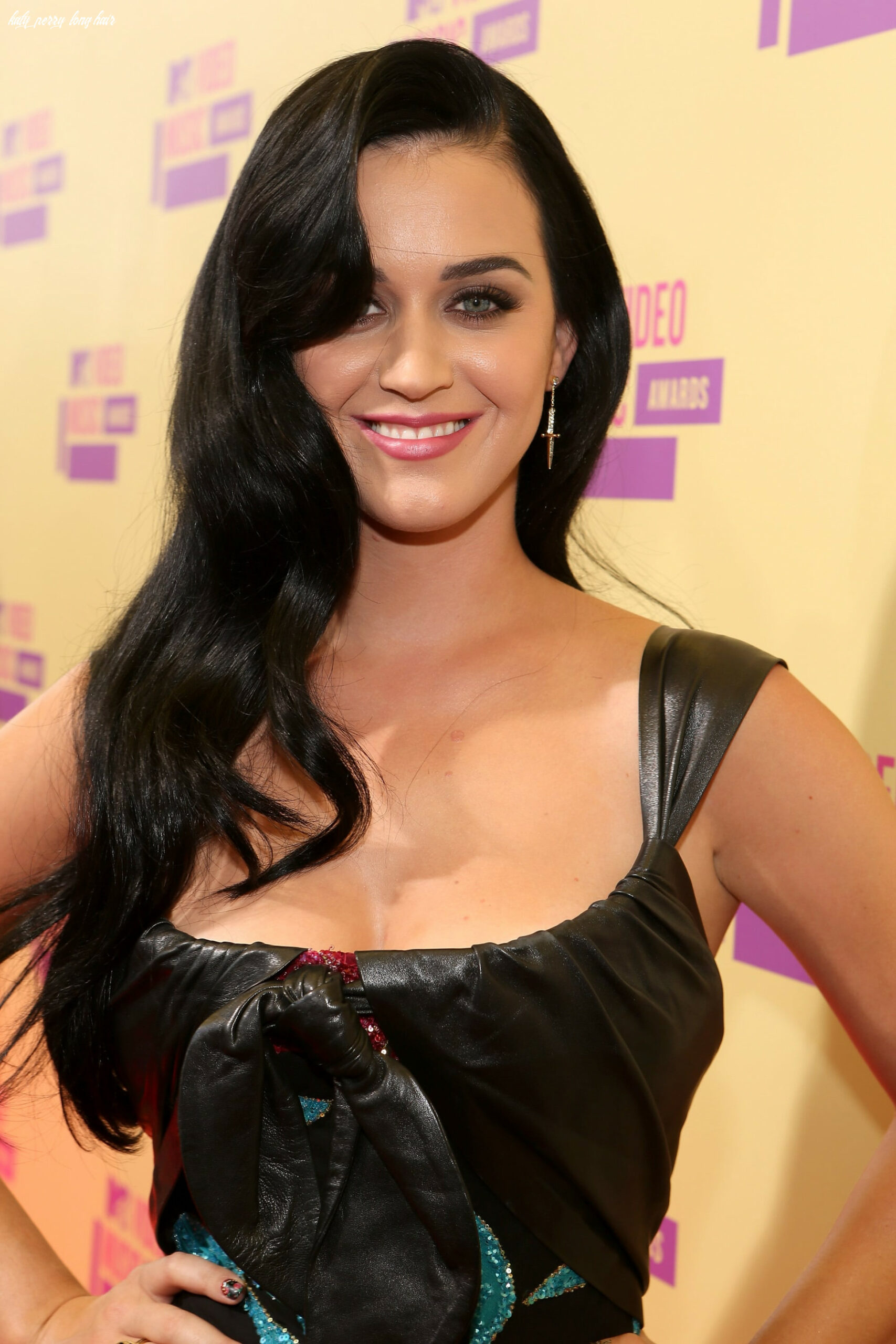 Katy perry wore her long hair down   katy perry sparkles and goes